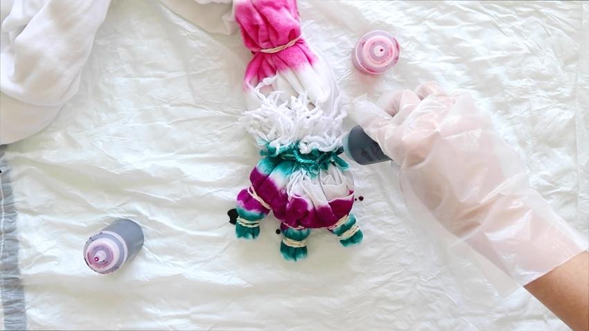 Tie-Dye Picnic Blanker – Add dye colors to blanket
