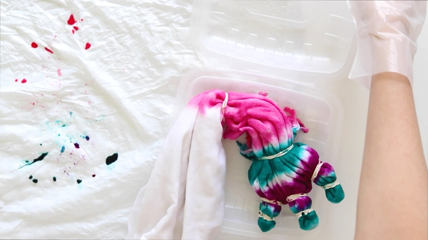 Tie-Dye Picnic Blanker – Place dyed blanket in the Two-Minute Tie-Dye Container