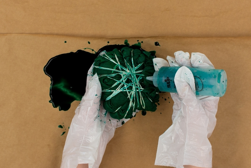 Apply green dye to fabric